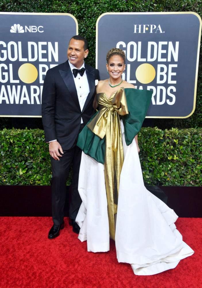 Jennifer Lopez persiste et signe. Elle retente une tenue de Valentino en espérant ne pas décevoir cette fois-ci