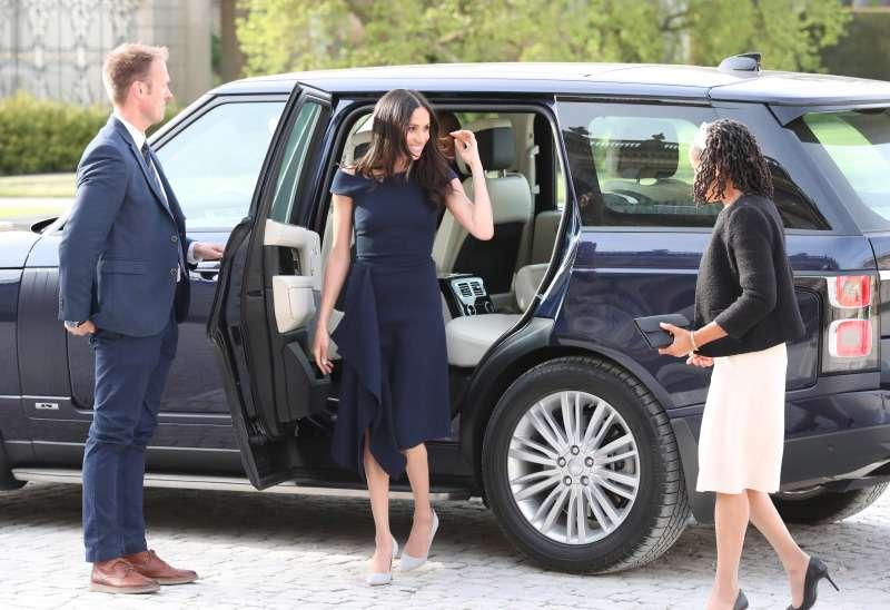Qui la portait le mieux, à votre avis ? Melania Trump et Meghan Markle dans des robes identiques de Roland Mouret