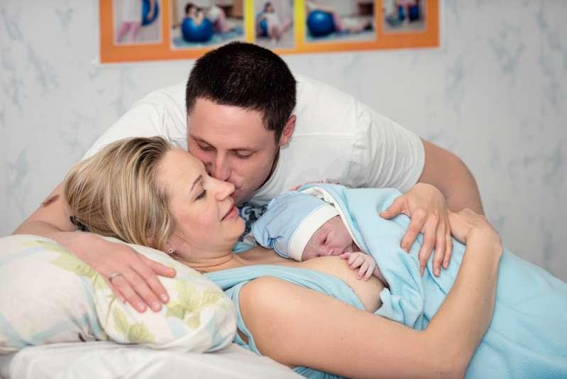 Enfermeiras inventaram uma cortina para facilitar o contato entre uma mãe que realiza uma cesárea e seu bebê!