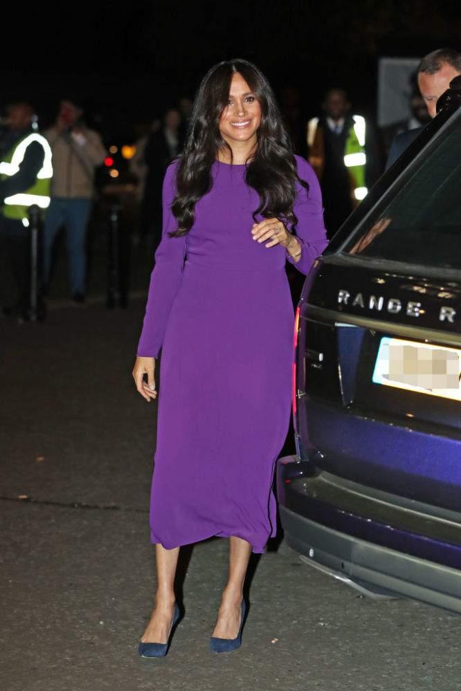 Incantevole! Meghan Markle cambia stile e punta su un incredibile abito viola a maniche lunghe allo One Young World Summit