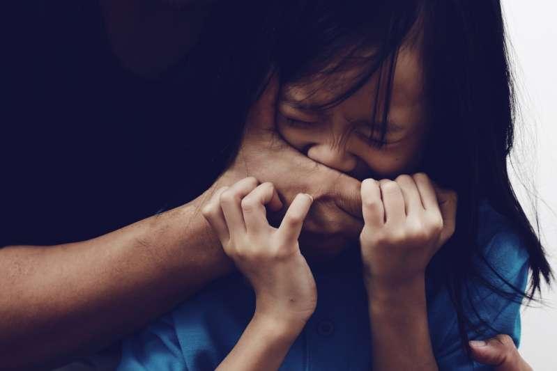 «Неудобный разговор»: когда и как говорить с детьми о проблемах сексуального насилия?«Неудобный разговор»: когда и как говорить с детьми о проблемах сексуального насилия?The kidnapper holds the little girl's mouth as she tries to escape