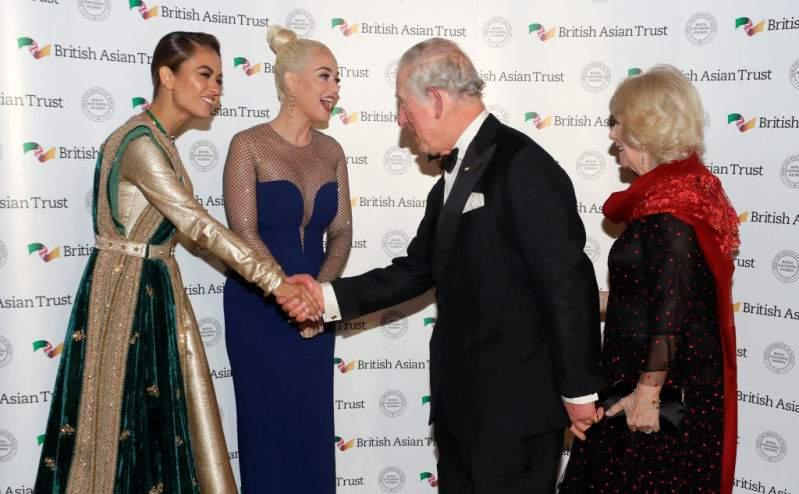 La reine du style : La duchesse Camilla séduit ses fans par son look jeune en robe noire chic à pois