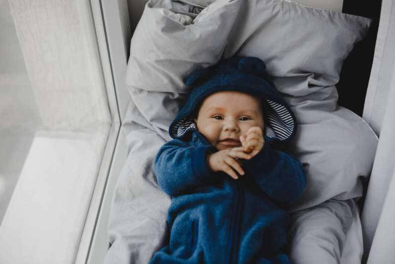Un bebé no paraba de llorar en pleno vuelo y la aeromoza hizo lo impensable: amamantarlo