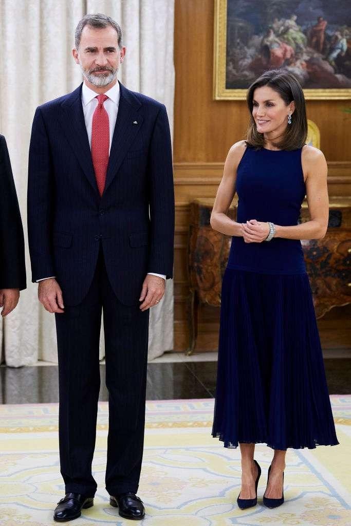 De véritables jumelles royales ! La robe bleue marine de la Reine Letizia évoque celle de Meghan