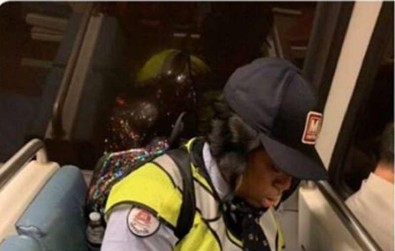 Una autora criticó a una mujer afroamericana por desayunar en el Metro y pagó muy caro su denuncia