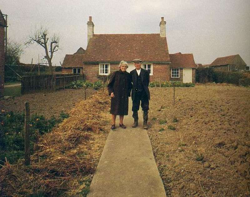 Эта пара на протяжении 12 лет делала одинаковые фото в своем саду, но на последнем снимке мужчина уже один