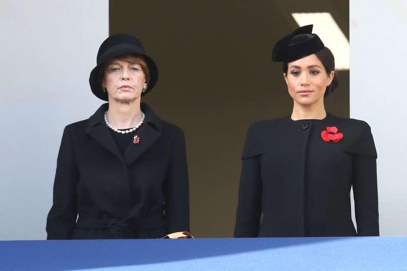 Aíslan a Meghan Markle de la reina Isabel y Kate Middleton durante el acto del Día de RemembranzaAíslan a Meghan Markle de la reina Isabel y Kate Middleton durante el acto del Día de RemembranzaAíslan a Meghan Markle de la reina Isabel y Kate Middleton durante el acto del Día de Remembranzameghan markle standing on the separate balcony