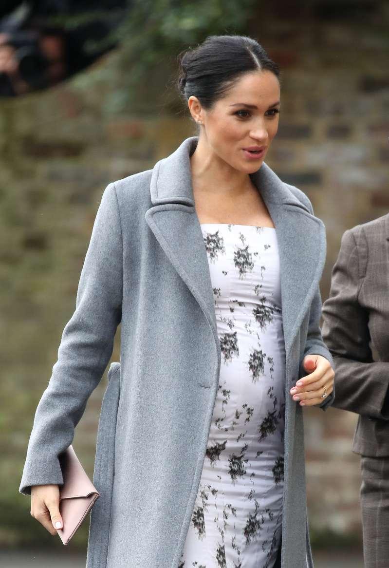 """La duchesse Meghan sévèrement critiquée pour son dernier choix de tenue : """"Robe d'été, chaussures de clown"""""""