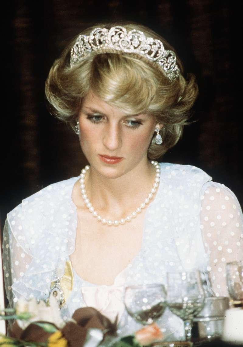 La mère de Diana l'a abandonnée quand elle était enfant ce qui a émotionnellement perturbé la Princesse