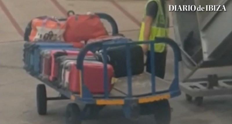 Schockierendes Video: Ein Passagier filmte, wie Flughafen-Mitarbeiter die Reisenden berauben