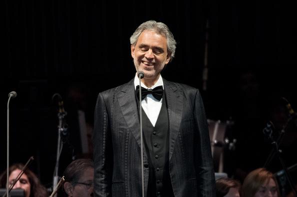 """Andrea Bocelli chante """"Ave Maria"""" et l'assistance retient son souffle d'émotion"""