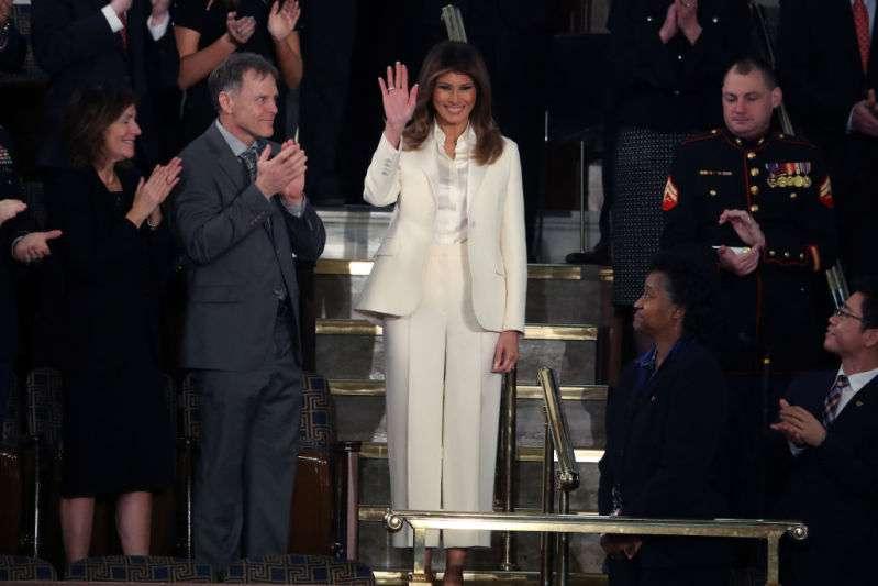 Melania Trump sieht in einem schicken, blazerartigen schwarzen Kleid mit beträchtlichen silbernen Knöpfen und nur einem Handschuh beider 'Stateof the Union' Rede überwältigend aus