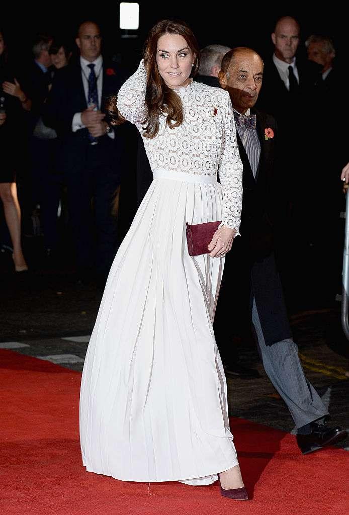 La duchesse de Cambridge porte une robe blanche en dentelle à 370 €, son look est tout simplement fabuleux