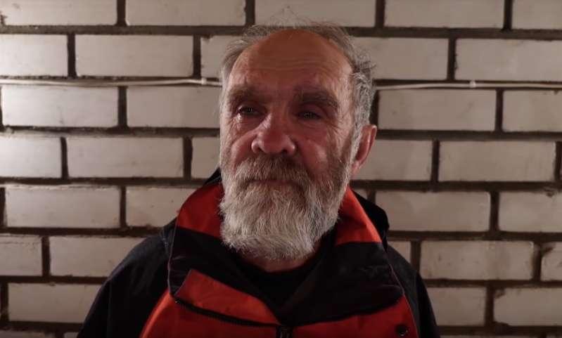 Парень щедро помогает старикам и бездомным и снимает это на видео. При этом он остается анонимным!