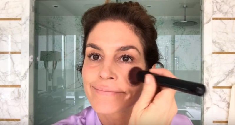 53-Year-Old Cindy Crawford With Zero Makeup Showed Her Everyday Beauty Routine