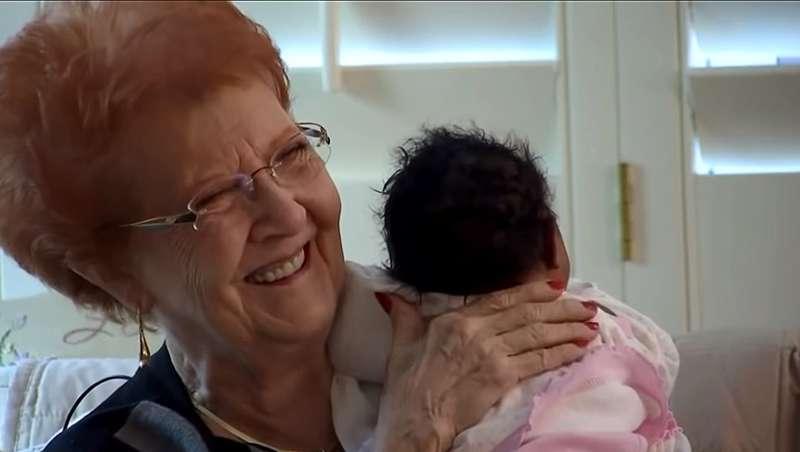 Авиакомпания отказала в посадке на самолет молодому папе с новорожденной. На выручку незнакомцу пришла пожилая женщинаАвиакомпания отказала в посадке на самолет молодому папе с новорожденной. На выручку незнакомцу пришла пожилая женщина