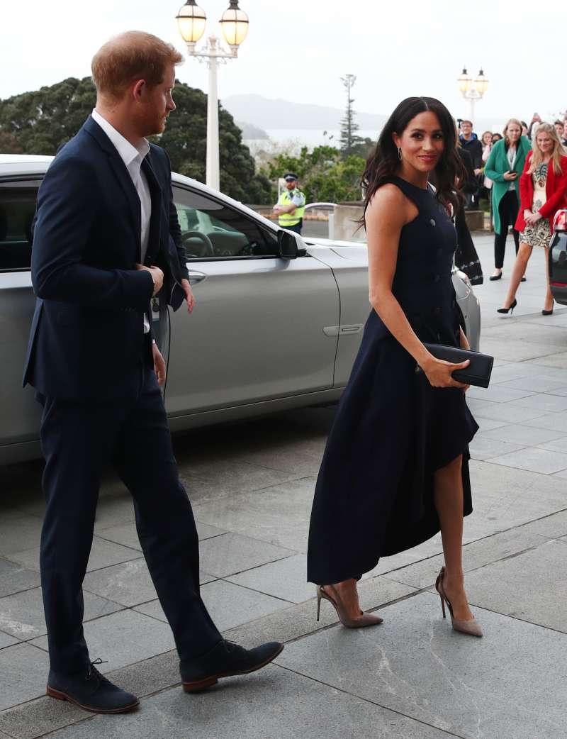 Sie hat es schon wieder getan! Meghan Markle zieht bei ihrem Besuch im Kriegsmuseum in Auckland mit ihrem tollen, asymmetrischen Kleid eine Menge Aufmerksamkeit auf sich