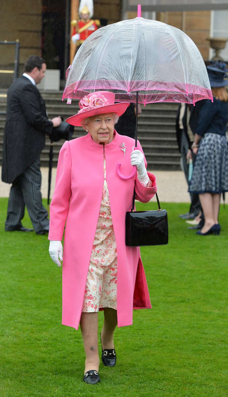 queen elizabeth II with pink umbrella