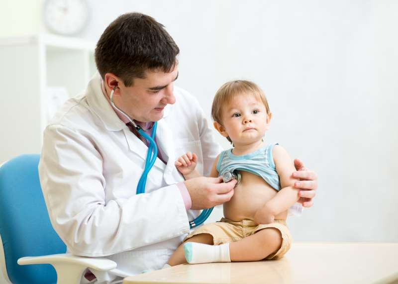 Une maman découvre des ecchymoses inexpliquées sur la peau de sa fille, il s'avère que c'est un cancer rarehealth care, medicine, doctor, a baby in the hospital