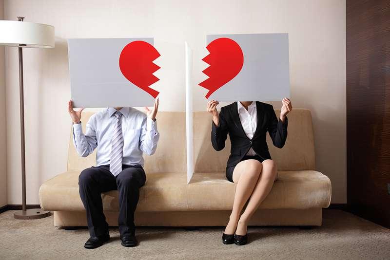 Por que homens mais velhos continuam com suas esposas após arrumarem amantes jovens?
