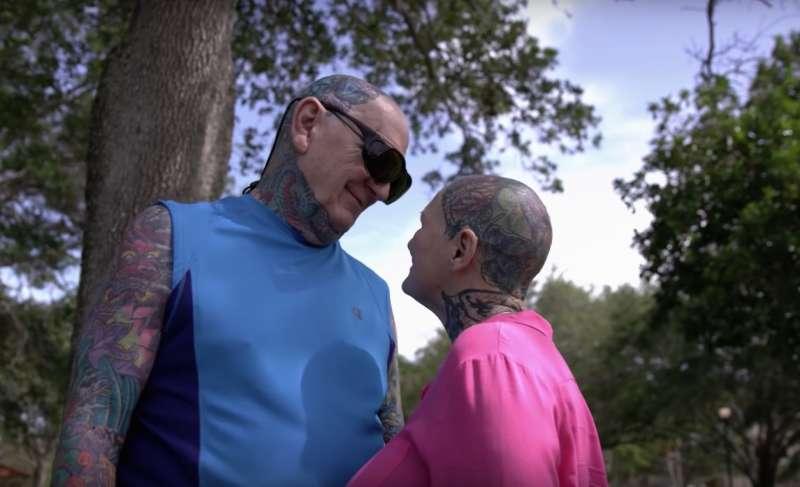 Questa donna di 69 anni e il suo compagno sono stati incoronati la coppia più tatuata del mondo