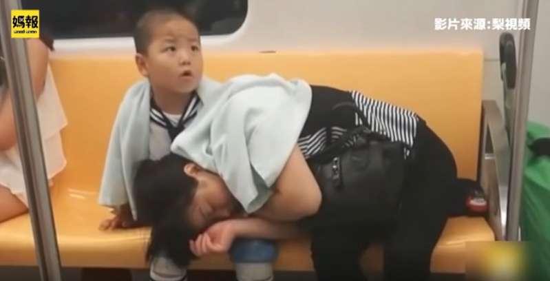 Niño muestra su amor y deja que su madre exhausta duerma sobre sus piernas: él protegerá su descanso