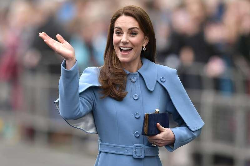 Kate Middleton splende in un soprabito azzurro da 2.500 euro e tacchi vertiginosi in Irlanda del Nord
