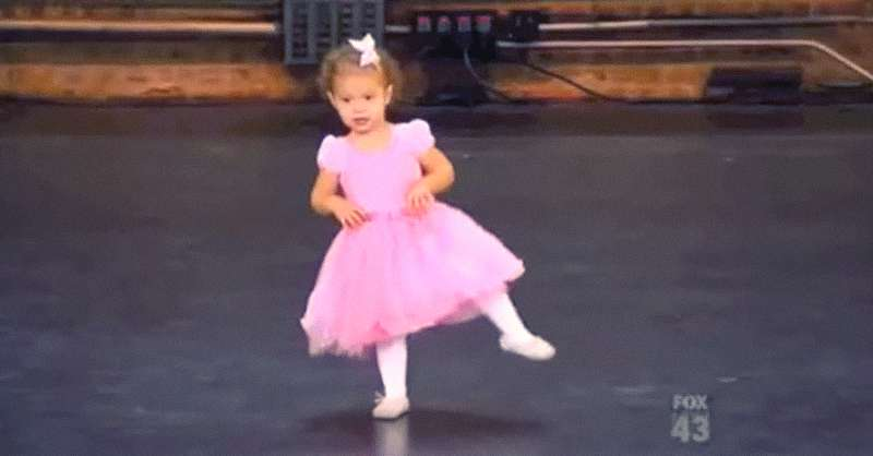 Una tierna bailarina de 2 años se roba el show en la audición de ...