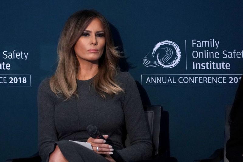 Bette Midler schrieb einen vulgären Untertitel auf ein altes Model-Foto von Melania Trump und empörte die Fans, die sich nun für die Verteidigung von FLOTUS einsetzen