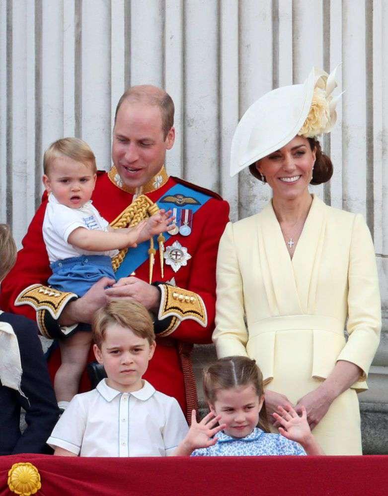 """El príncipe Louis no dejaba de buscar los brazos de su papá durante el """"Trooping The Colour"""""""