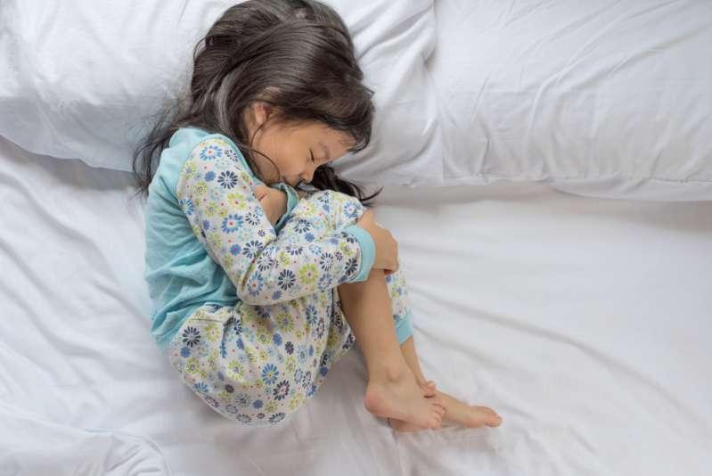 Lorsqu'un enfant se plaint de maux de ventre, il peut également s'agir d'un signe d'anxiété. Comment l'aider ?