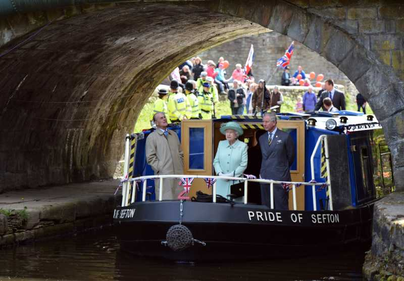 В путешествиях королеву Елизавету всегда сопровождает один мужчина, и это — не принц Филипп и даже не самый преданный телохранительВ путешествиях королеву Елизавету всегда сопровождает один мужчина, и это — не принц Филипп и даже не самый преданный телохранитель