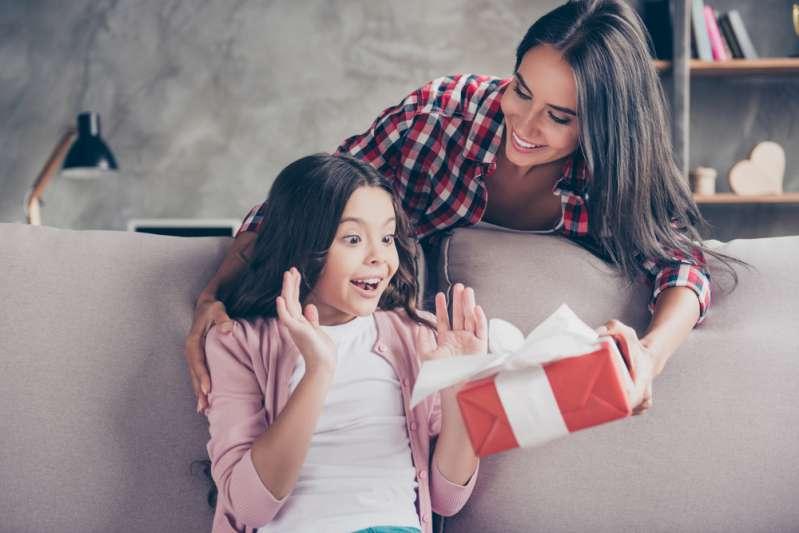 Mamma attaccata per aver fatto talmente tanti regali ai figli che l'albero si vede appena!