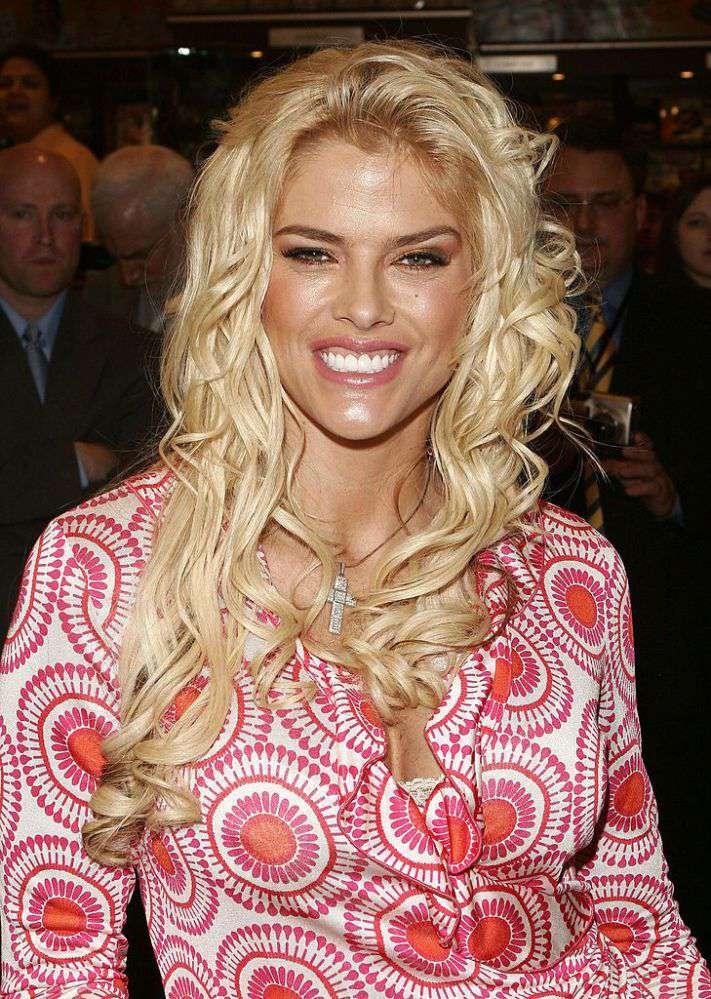 La copie de sa mère ! La fille d'Anna Nicole Smith adorable dans une robe fleurie pour sa remise des diplômes