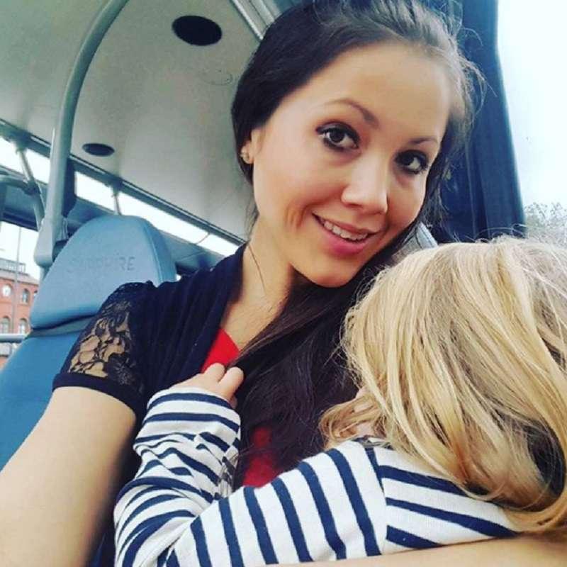 Žmonės pasibaisėję motinos elgesiu: krūtimi maitina savo 5 ir 2 metų dukreles