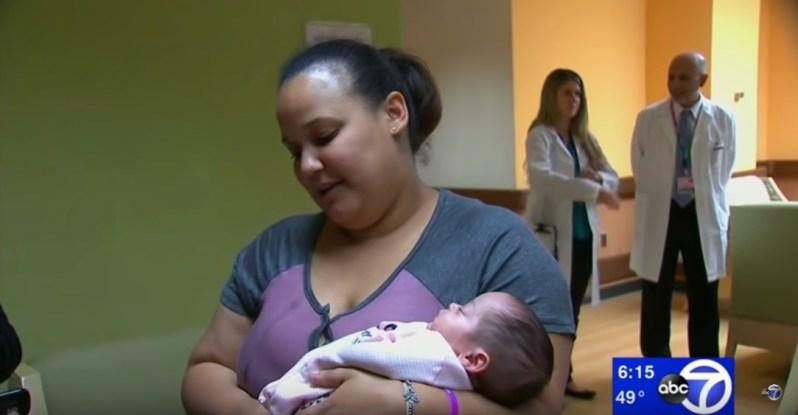 """Née 13 semaines avant terme, le """"bébé miracle"""" qui pesait moins de 600 gr à la naissance, rentre enfin chez elle"""