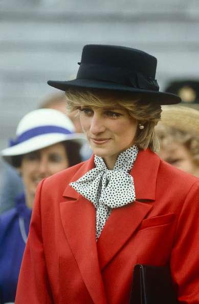 Los fanáticos reales expresaron su indignación porque Camilla usó el broche esmeralda de Lady Di