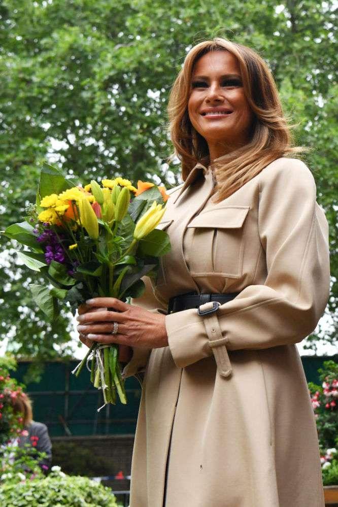 Eleganz pur: Melania Trump in einem schicken, beigen Mantelkleid von Celine beim Frühstück mit Theresa May