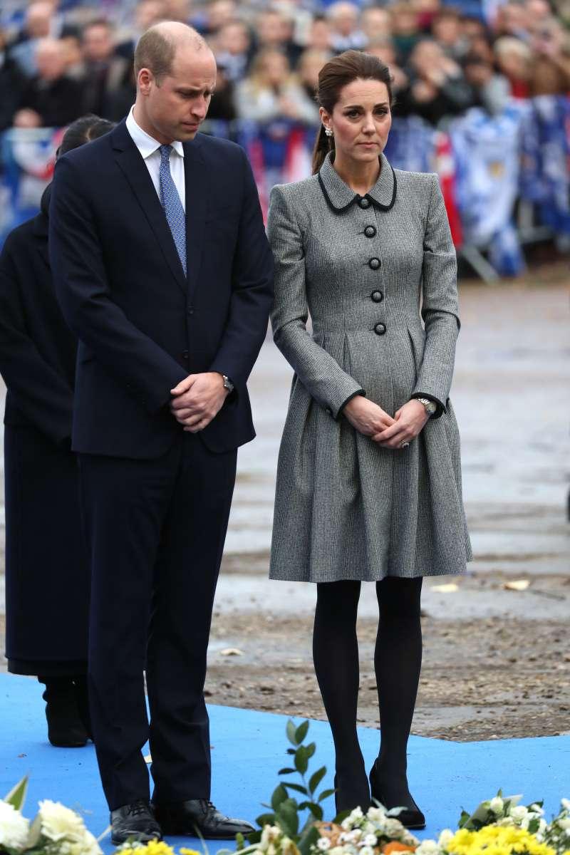 Lady mit Stil: Kate Middleton verblüfft im luxuriösen $ 17000-Outfit, als sie in Leicester City einen Hubschrauberabsturz-Tribut besucht