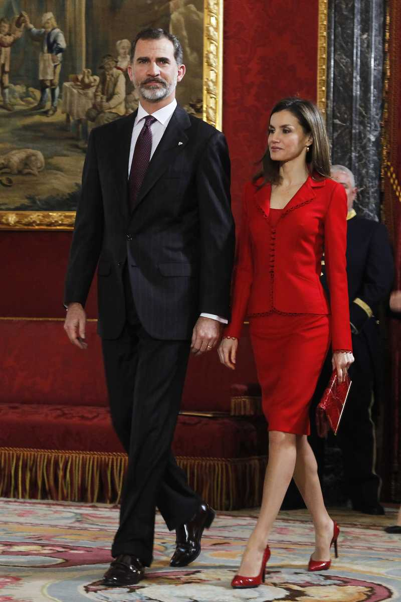 Ennesima sfrontatezza della Regina Letizia: ha incontrato Papa Francesco indossando uno sgargiante abito rosso