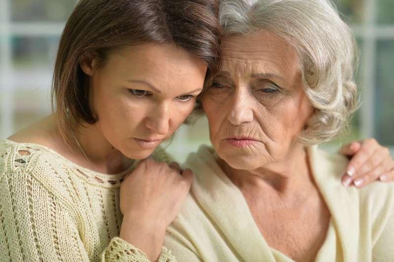 Choquée, elle apprend que sa mère a contacté la famille adoptive de son fils pour leurs exhorter de l'argent