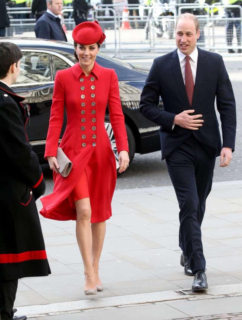 Rosso passione! Kate Middleton sbalordisce con un raffinato cappotto di Catherine Walker a Westminster Abbey