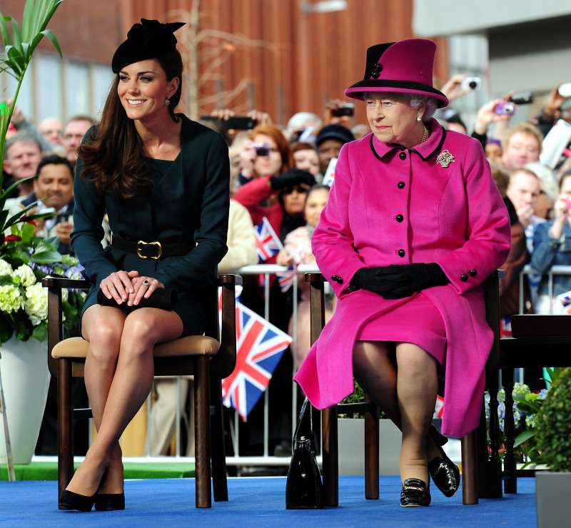 """Body Language Expert Says The Queen Views Kate """"As An Equal"""" But Sees Meghan As A """"Giggling Grandchild"""""""