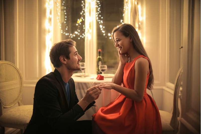 Su novio le propuso matrimonio y ella usó Twitter para quejarse del pequeño diamante que recibió