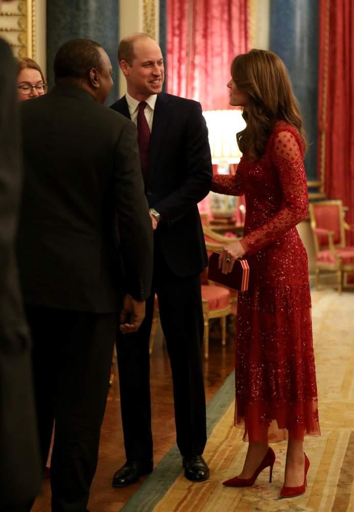 Aderente e rosso: Kate Middleton sceglie il suo modello di abito preferito per una conferenza economica
