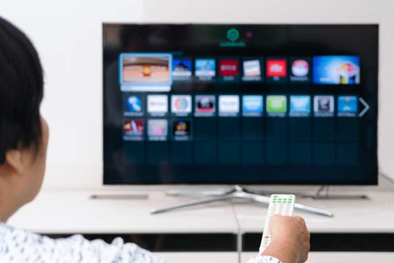 Wie bereits eine Stunde in den sozialen Netzwerken Ihr Kind beeinflusstWie bereits eine Stunde in den sozialen Netzwerken Ihr Kind beeinflusstWoman holds a remote control of TV box with Chromecast