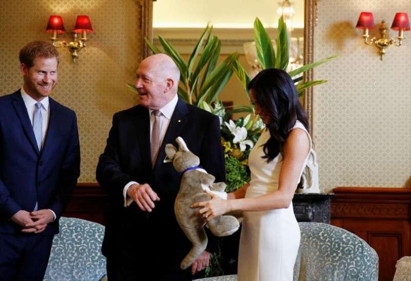 """Harry fait une """"scène de jalousie"""" en voyant Meghan recevoir un énorme bouquet de fleurs de la part d'un homme"""