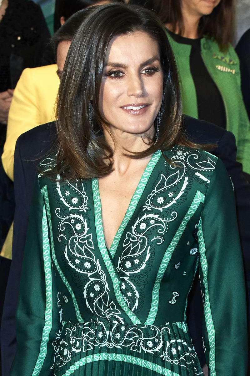 Роскошное изумрудно-мятное платье королевы Испании - отличная идея для новогоднего наряда in green dress