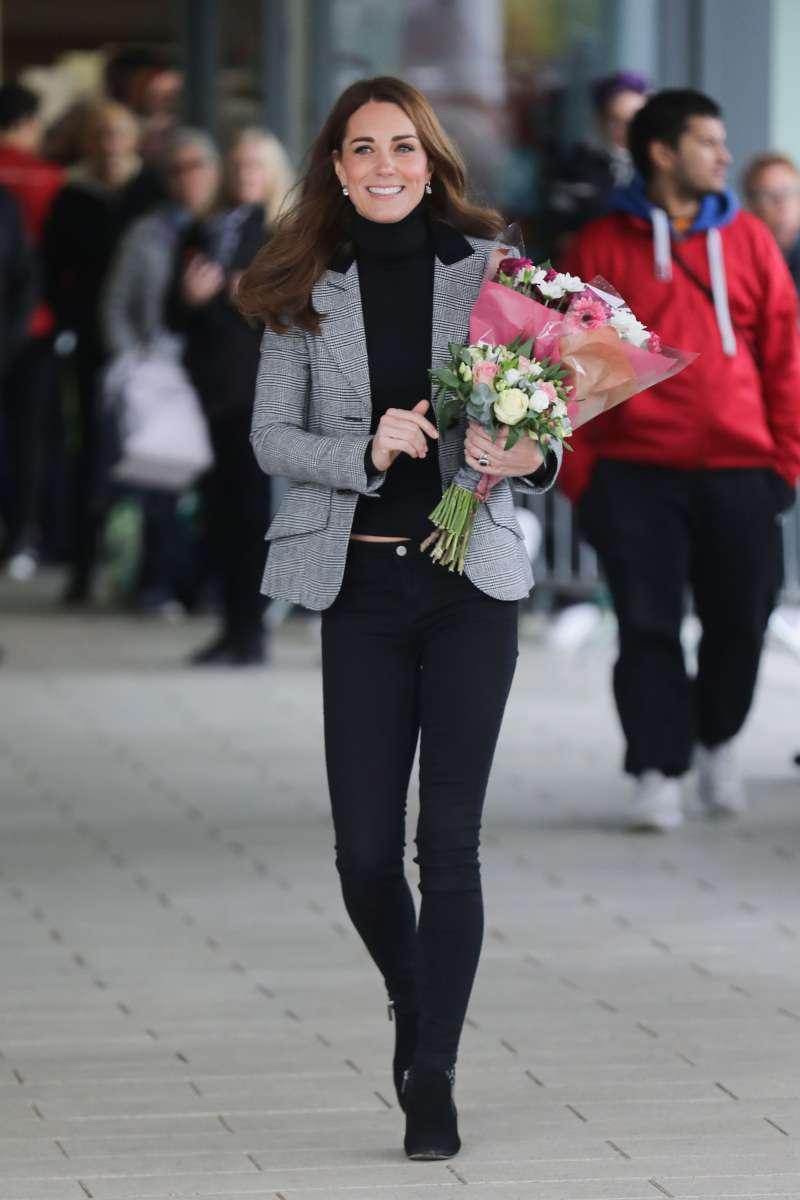 Kate Middleton affiche sa superbe silhouette dans des jeans noirs serrés et une élégante veste grise