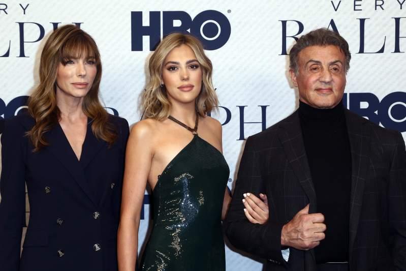 """""""Parecen una familia de vampiros"""": Sylvester Stallone, esposa e hija, criticados por apariencia poco natural"""